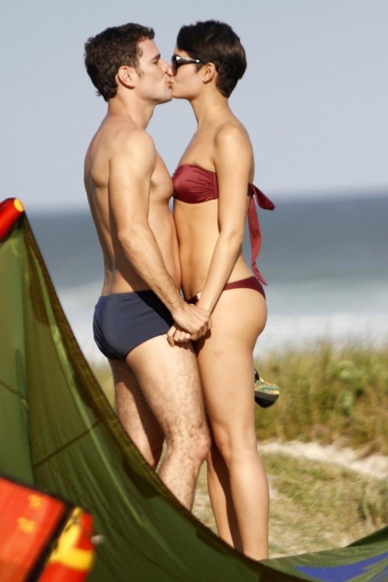 21.ago.2014- Sophie Charlotte e Daniel de Oliveira são flagrados em clima de intimidade durante intervalo de gravações de