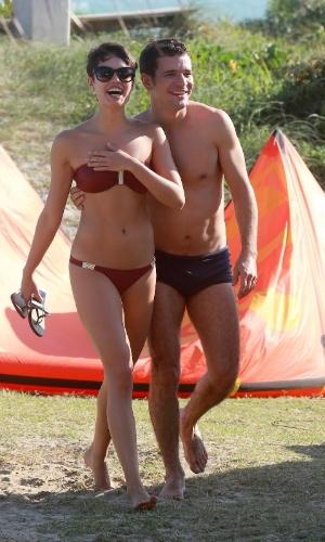 21.ago.2014- Sophie Charlotte e Daniel de Oliveira são flagrados sorridentes enquanto caminham abraçados na praia da Barra da Tijuca, na zona oeste do Rio