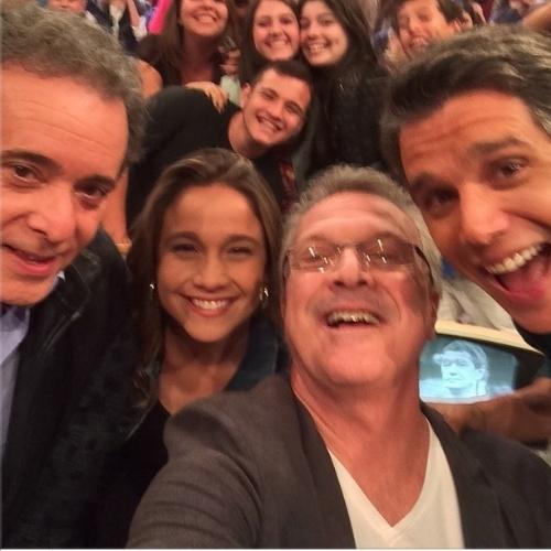 """21.ago.2014- Tony Ramos, Fernanda Gentil, Pedro Bial e Márcio Garcia fazem selfie no intervalo de gravação dos """"Altas Horas"""""""