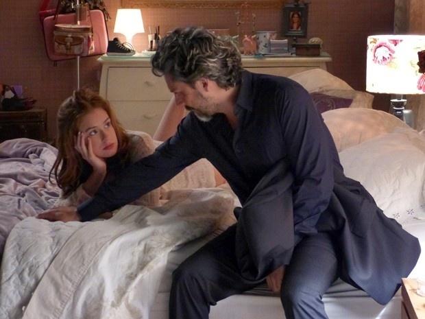 Após se amarem, Maria Ísis pergunta a José Alfredo se ele a assumiria como sua mulher legítima