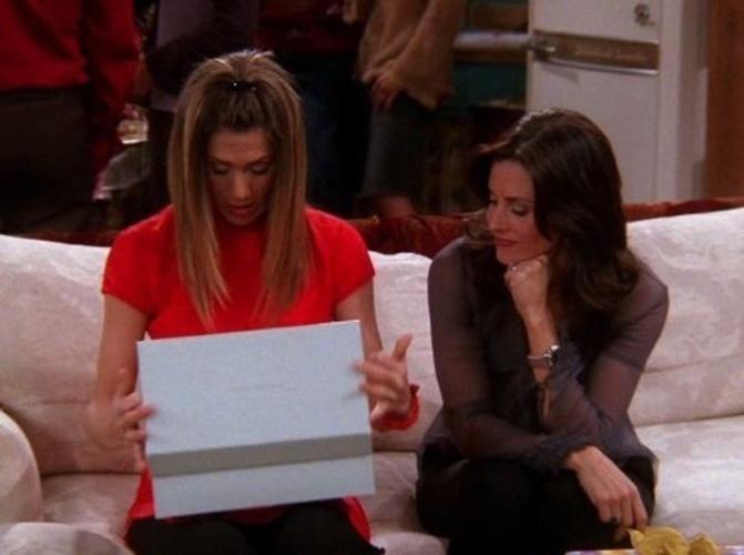 """Courteney Cox engravidou na última temporada de """"Friends"""". A gravidez da atriz, no entanto, não foi citada na série. Monica, sua personagem, era estéril e teve gêmeos por meio de uma barriga de aluguel"""