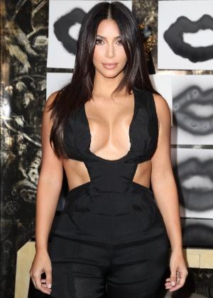 20.ago.2014 - Kim usa macacão preto com decote profundo, em evento nos EUA - Jonathan Leibson/Getty Images