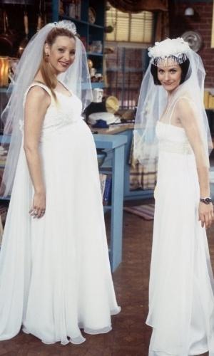 """Lisa Kudrow ficou grávida durante a quarta temporada de """"Friends"""". A gravidez da atriz acabou sendo usada pelos roteiristas. Phoebe acabou tendo trigêmeos"""