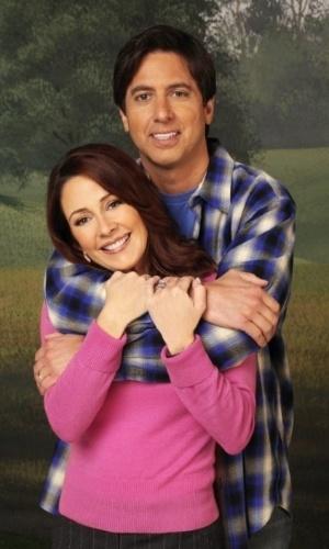 """Patricia Heaton engravidou duas vezes ao longo da série """"Everybody Loves Raymond"""".  Na primeira vez, em 1996, os roteiristas usaram a gravidez da atriz como flashbacks de sua personagem, Debra. Já na segunda vez, na terceira temporada, a opção foi disfarçar a gravidez com roupas"""