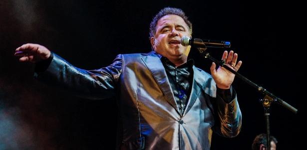 O cantor Léo Jaime aos 44 anos durante show