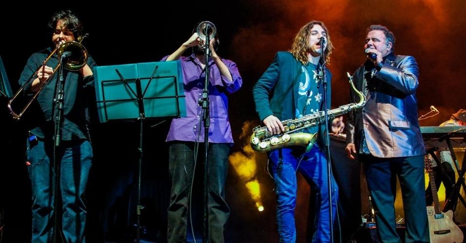 21.ago.2014 - Léo Jaime canta ao lado do saxofonista Rodrigo Sha na comemoração de seus 30 anos de carreira com show no HSBC Brasil, na zona sul de São Paulo, na noite desta quinta-feira