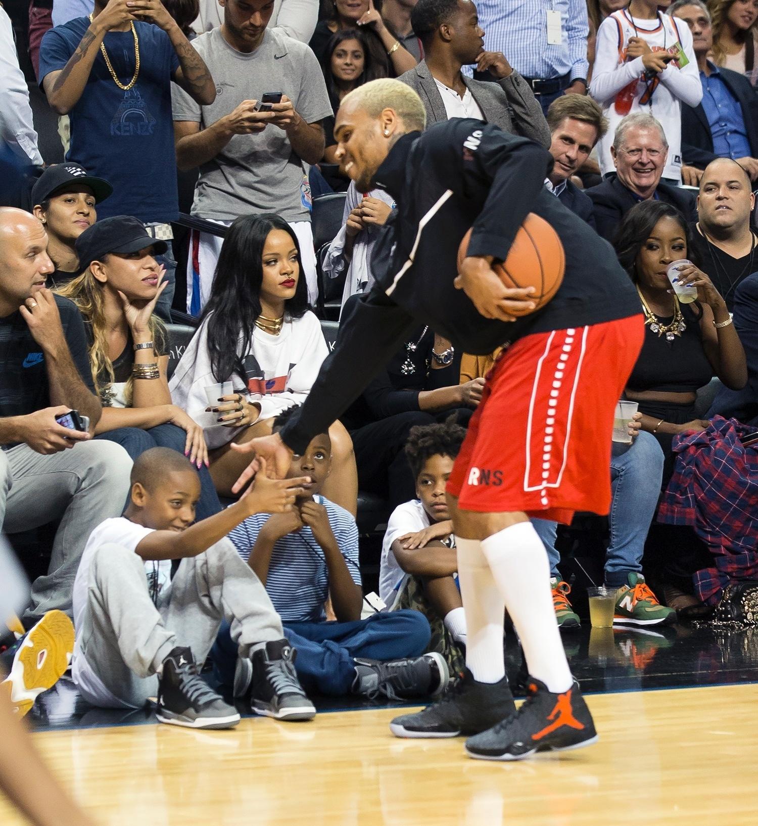 21.ago.2014 - Rihanna assiste a partida de basquete com seu ex-namorado, o cantor Chris Brown. O evento era beneficente e aconteceu no Barclays Center, em Los Angeles