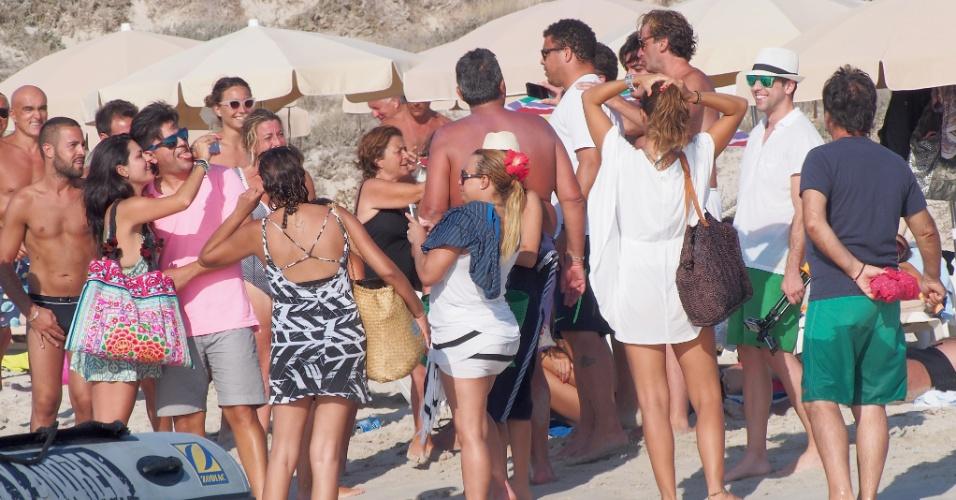 21.ago.2014 - Ronaldo e Paula Morais são recebidos por amigos em praia na ilha de Formentera, na Espanha