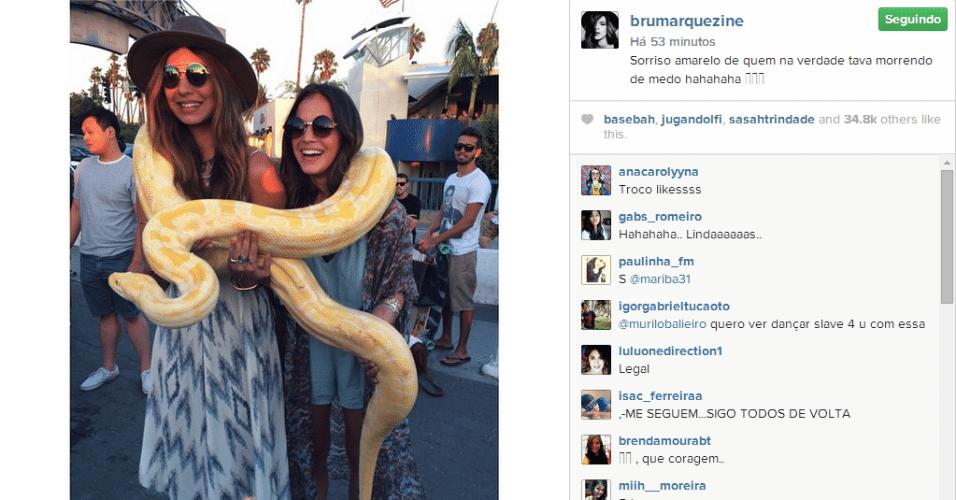 22.ago.2014 - Apesar de estar com muito medo, Bruna Marquezine aceitou o desafio de colocar em seu pescoço uma cobra píton albina bem grande e mostrou a imagem em sua conta do Instagram