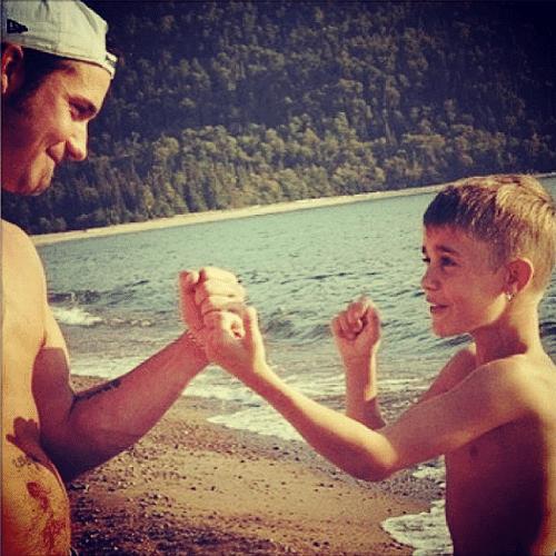 """22.ago.2014 - Justin Bieber faz uma homenagem ao seu pai, Jeremy Bieber, com uma foto antiga em que os dois brincam de lutinha. """"Eu e meu pai. Te amo"""", declarou-se o cantor"""