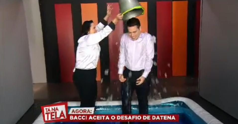 22.ago.2014 - Luiz Bacci também entrou na campanha do balde de gelo