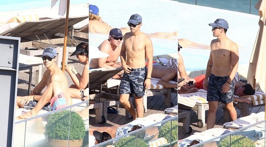 22.ago.2014 - No Rio, Joe Jonas curtiu piscina no hotel onde está hospedado na zona sul do Rio
