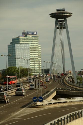 A Bratislava, capital da Eslováquia, abriga um curioso bar-restaurante em forma de disco voador construído sobre uma ponte estaiada e com vistas de até 100 km de distância