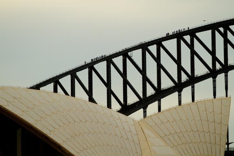 A Sydney Harbour Bridge, ponte de aço que é um dos cartões postais mais conhecidos de toda a Austrália, também serve de cenário para experiências de tirar o fôlego como a escalada pelos 1332 degraus até o topo dessa construção de 1932, a 134 metros sobre o porto da cidade