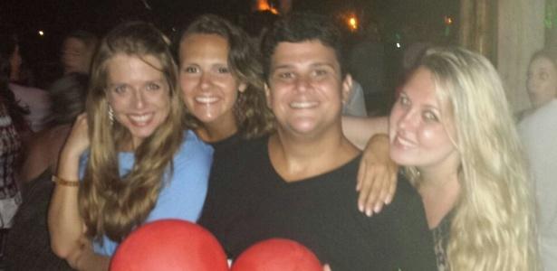 Ator Renato Franco posa com amigas após perder 100 kg