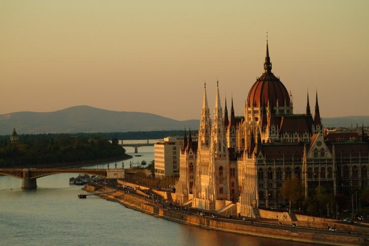 Budapeste, a capital da Hungria, possui um dos cenários arquitetônicos mais belos de toda a Europa e pode ser avistada a partir de mirantes como o Castle Hill, de onde é possível avistar o Parlamento (na foto)