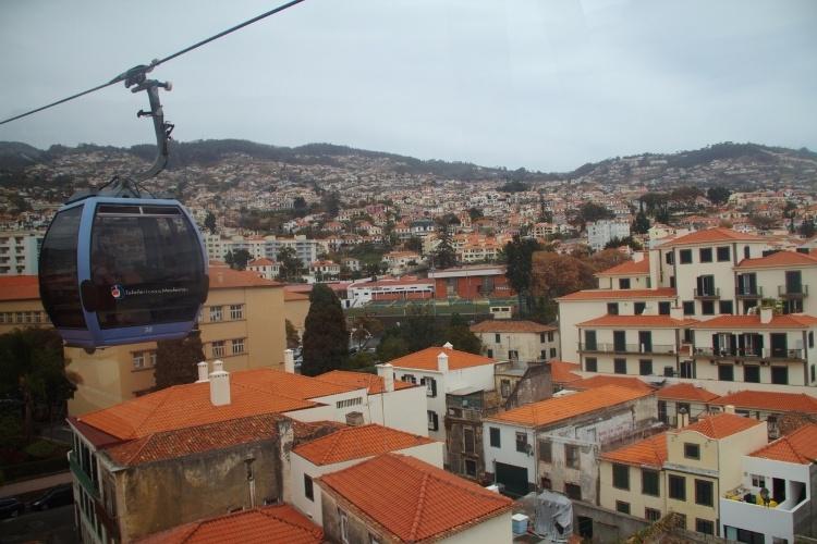 Casario de Funchal, capital da Ilha da Madeira, visto do alto de um dos teleféricos que sobem até o setor alto desta ilha portuguesa a 600 km da costa da África