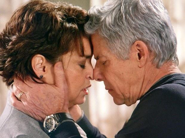 Cláudio desabafa com Beatriz, e diz que pretende revelar a Enrico que é homossexual