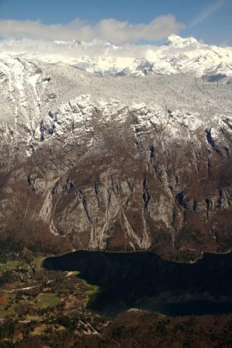 Com aproximadamente 60% de seu território coberto por florestas, a Eslovênia abriga atrativos naturais que merecem ser vistos do alto como o Parque Nacional Triglav, área verde com 838 km² onde se localiza o Lago Bohini e montanhas nevadas da região como a Triglav, o ponto mais alto de todo o país (na foto)