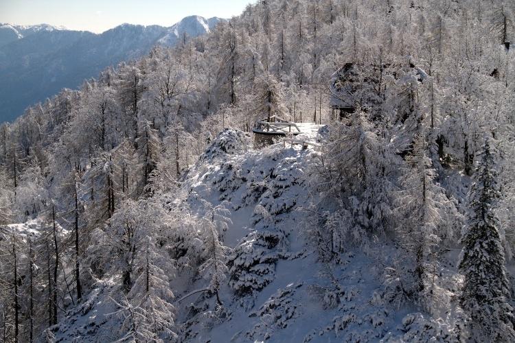 Com, aproximadamente, 60% de seu território coberto por florestas, a Eslovênia abriga atrativos naturais que merecem ser vistos do alto como o Parque Nacional Triglav, área verde com 838 km², situado nos Alpes Julianos (na foto)