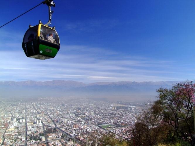 Conhecido como 'La Linda', Salta, no noroeste da Argentina, pode ser vista do topo do Cerro San Bernardo, cujo acesso se dá por teleféricos