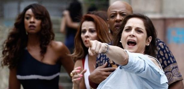 Cora faz escândalo e diz à vizinhança que foi atacada por Robertão