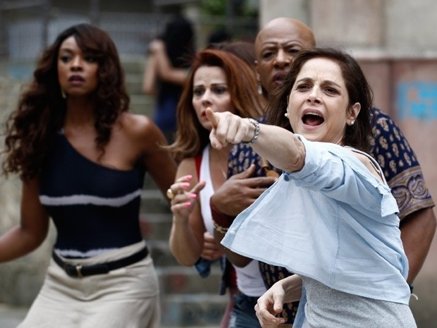 Cora diz que foi atacada por Robertão e rasga a própria roupa para simular tentativa de abuso