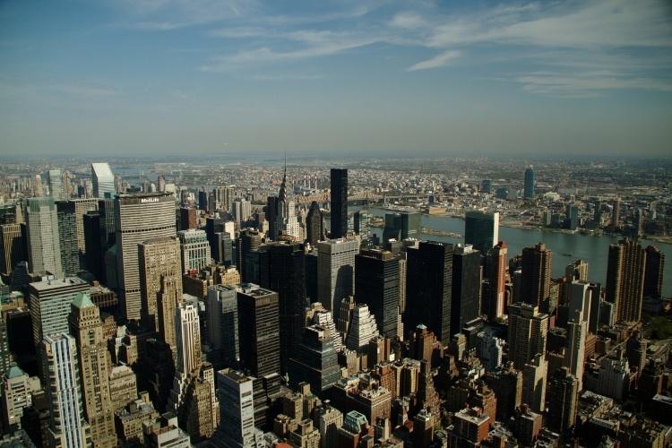Dona de um dos skylines mais exibidos e cobiçados do planeta, Nova York é um convite para ser vista do alto em mirantes como o do Empire State Building, onde o visitante sobe a 320 metros até o 86º piso