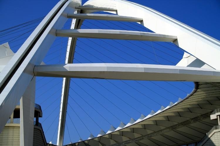 Durban, no litoral da África do Sul, é possível realizar atividades inusitadas no estádio Moses Mabhida como o funicular de vidro que sobe até seu topo arqueado e a caminhada pelos 550 degraus em direção a uma plataforma a 70 metros de altura