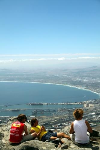 É na Cidade do Cabo que o viajante encontra uma das paisagens mais impressionantes de toda a África do Sul como a Table Mountain ('Montanha da Mesa'), cujo acesso pode ser dá por um funicular que sobe até o topo dessa formação rochosa