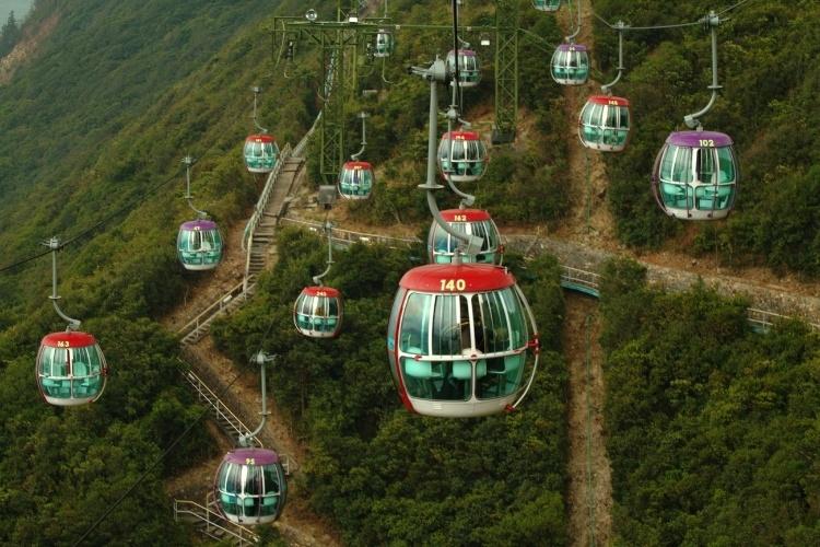 Hong Kong possui atrações que permitem o visitante ver do alto esta cidade ao sul da China como os teleféricos do Ocean Park, parque de diversões com 80 hectares, no sul da ilha Hong Kong