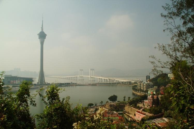 Macau, uma antiga colônia portuguesa localizada ao sul da China, abriga mirantes como o da Colina da Penha (na foto) de onde podem ser observados clássicos da cidade como a Torre de Macau (à esquerda)