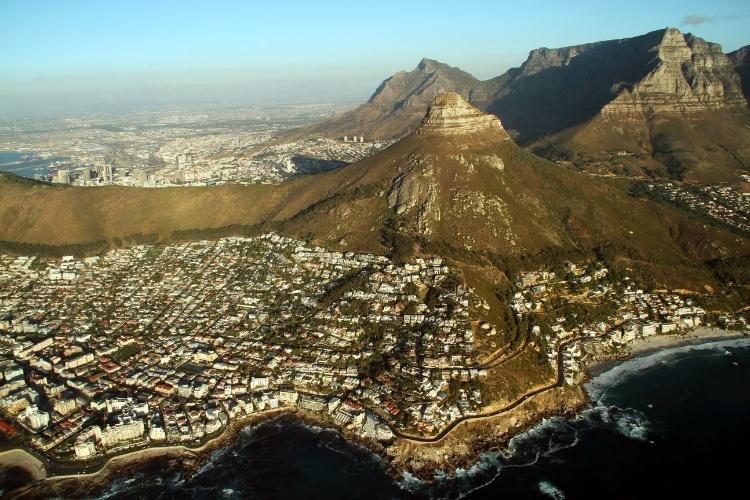 Na Cidade do Cabo, na costa oeste da África do Sul, a geografia é exibida e pode ser vista em passeios de helicóptero que sobrevoam atrações naturais como a Table Mountain ('Montanha da Mesa'), principal cartão postal do destino