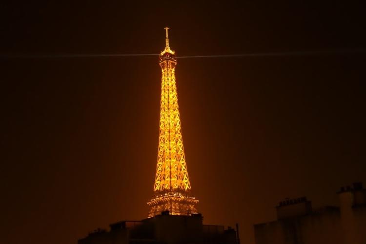 Na Torre Eiffel, em Paris, o visitante conta com mirantes localizados ao longo desta construção de ferro do final do século 19, onde é possível subir 180 metros até seu topo ou parar no segundo andar
