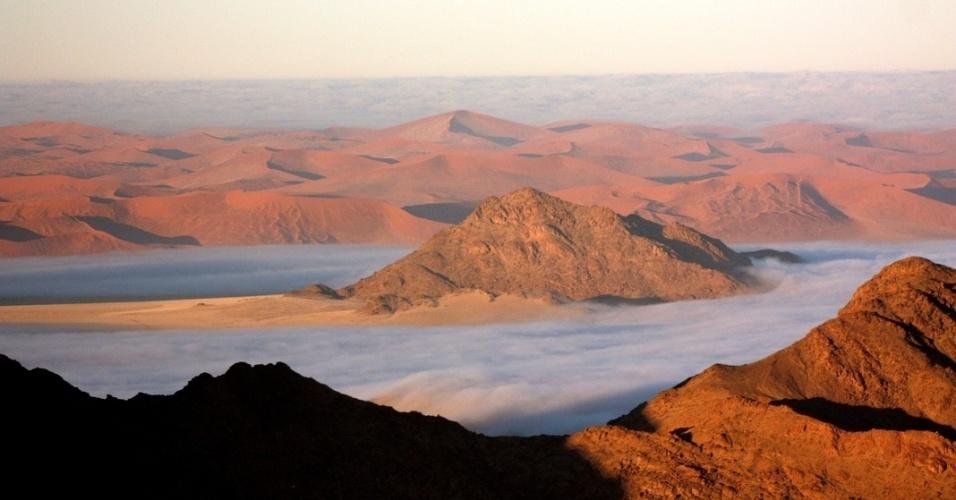 O Deserto da Namíbia possui mais de 80 mil km² e pode ser visto em passeios de balão sobre as Dunas de Sossusvlei, consideradas as mais altas do mundo