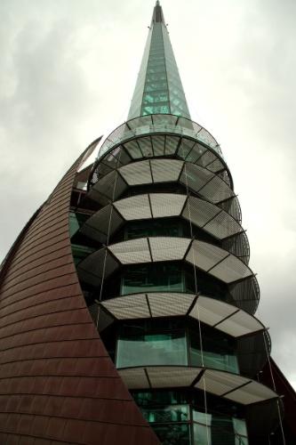 Perth, na costa oeste da Austrália, possui uma torre de vidro com seis níveis de observação do centro financeiro da cidade e do rio Swan, um dos símbolos naturais da cidade. Conhecida como The Bell Tower, a atração abriga 12 sinos do século 14 que foram doados pela Inglaterra