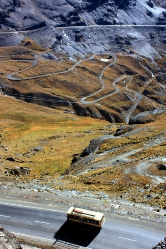 Vista da Estrada da Morte, rota boliviana com fins turísticos que conta com passeios de bicicleta entre La Cumbre, a 4650 metros de altitude, e Coroico. Este trecho de 64 km de extensão é cortado por curvas sinuosas, penhascos e geografia típica do Altiplano e da Amazônia