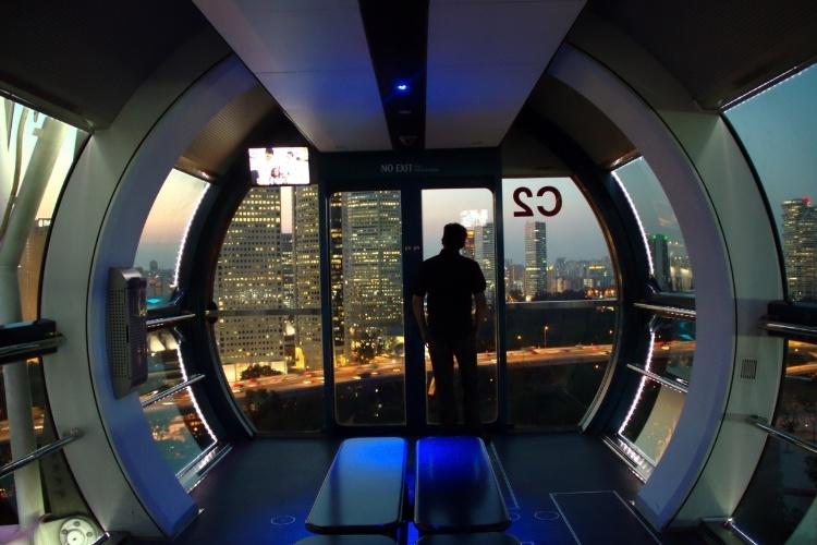 Vista do interior da Singapore Flyer, em Cingapura. Com 165 metros de altura, esta éuma das rodas-gigantes mais altas do mundo e oferece vistas do centro financeiro da cidade e das vizinhas Malásia e Indonésia
