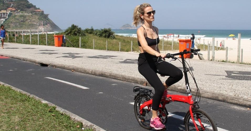 23.ago.2014 - Bianca Bin também resolveu curtir o tempo bom na Barra da Tijuca, no Rio. A atriz pedalou e mostrou que até no fim de semana trabalha para manter boa forma