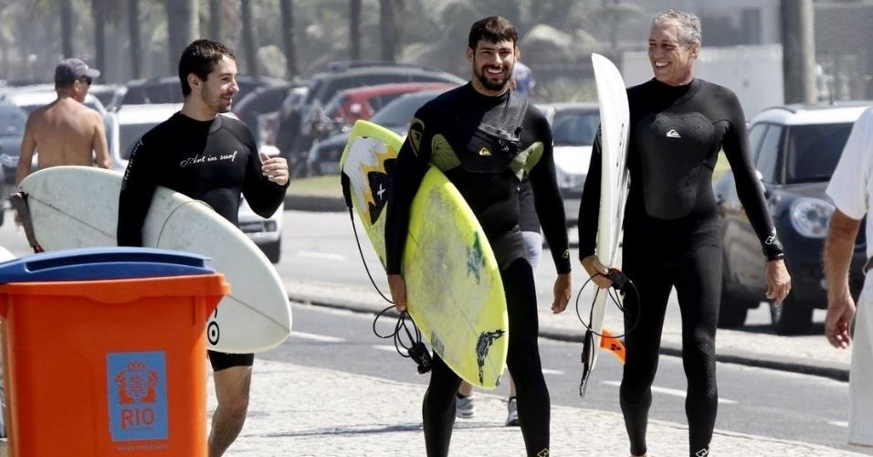 23.ago.2014 - O sol que abriu neste sábado levou vários famosos à praia. Cauã Reymond tirou a manhã para surfar na Barra da Tijuca, no Rio. Depois do esporte, ao lado deamigos, ele tomou água de coco e açaí, além de tirar fotos com fãs