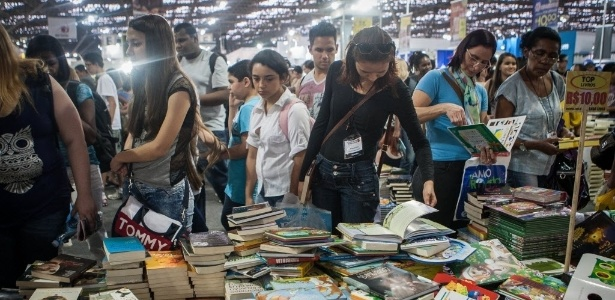 Visitantes na 23ª Bienal Internacional do Livro de São Paulo, em 2014, que tem nova edição este ano e é um dos eventos que pode contribuir para combater a crise - Raquel Cunha/Folhapress