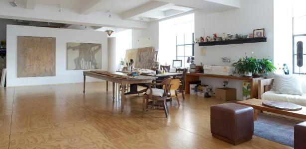 Loft no Chelsea, em Manhattan, tem espaço para a criação e a exposição de pinturas - Jane Beiles/ The New York Times