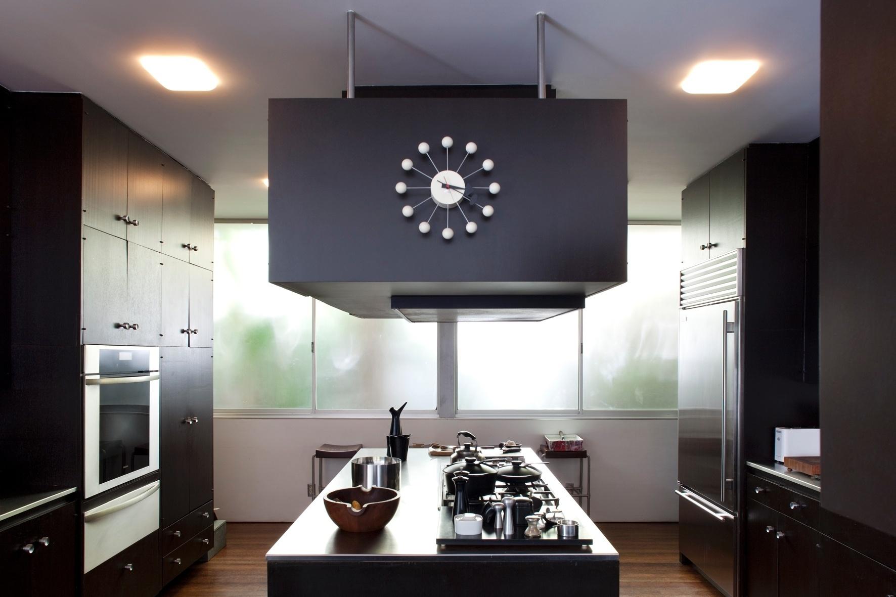 As bancadas da cozinha e seu mobiliário revestido por laminado são sustentados por vigas metálicas. Seu design, datado de 1964, propunha a fuga da típica arquitetura residencial norte-americano-burguesa e suburbana da época. Ainda hoje, o projeto de Oscar Niemeyer para a Joseph Strick House, na Califórnia, porém, pode ser considerado muito criativo e pouco convencional para os padrões de Santa Monica