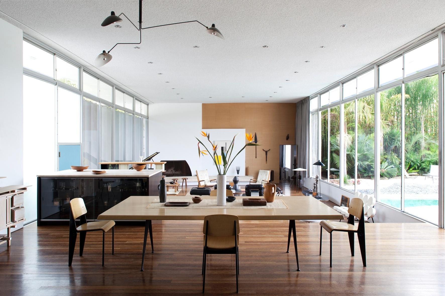 A sala, com 68 m de comprimento, divide-se em estar e jantar (primeiro plano) e é completamente envidraçada. O espaço é construído em desnível, mas a linguagem sessentista do mobiliário e a clareza das formas fazem a integração do espaço luminoso projetado por Oscar Niemeyer em 1964