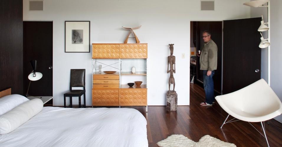 Os dormitórios da casa Joseph Strick, na Califórnia, têm tamanho reduzido e são pensados apenas para atender as necessidades privadas de seus usuários. Os revestimentos acompanham o padrão de toda a casa, com pintura branca e piso em madeira de palmeira tratada, e os móveis mantém a elegância sessentista do projeto arquitetônico original, de Oscar Niemeyer
