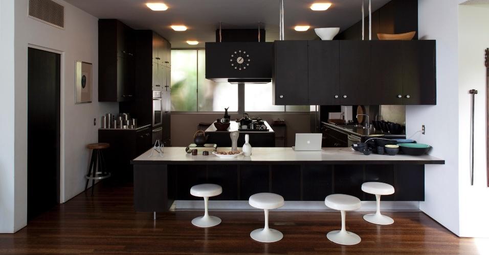 A cozinha, muito ampla e aberta, com ilha central de cocção foi vanguardista para seu tempo (1964), A caixa