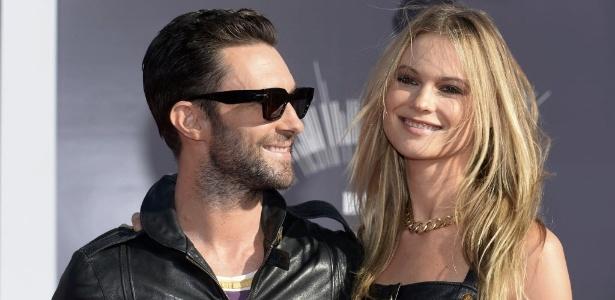 Adam Levine, vocalista do Maroon 5, e a mulher, Behati Prinsloo terão um filho - Reuters