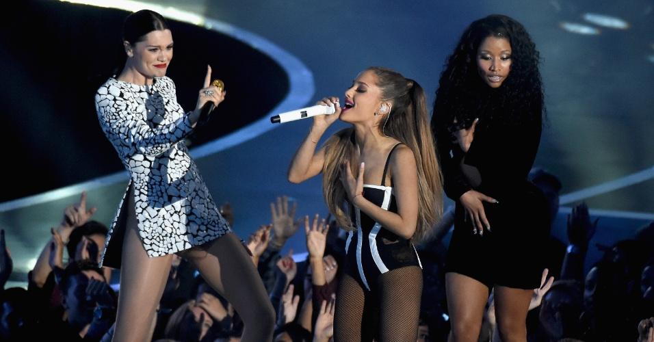 """24.ago.2014 - Ariana Grande, Jessie J. e Nicki Minaj dividem o palco em """"Bang Bang"""" na abertura do VMA 2014 (Video Music Awards) no Fórum de Inglewood, na Califórnia"""
