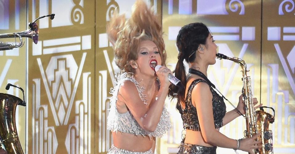 """24.ago.2014 - Taylor Swift faz estreia ao vivo do single """"Shake It Off"""" no palco do VMA 2014 (Video Music Awards) no Fórum de Inglewood, na Califórnia"""