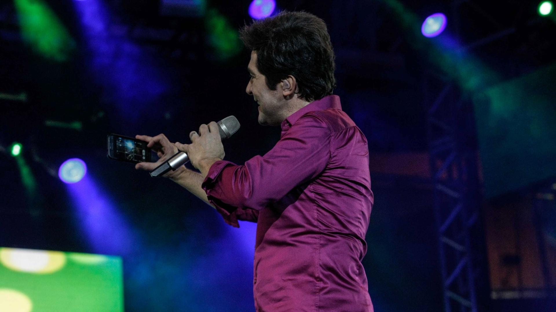 24.ago.2014- Animado, Daniel faz selfie durante show na Festa do Peão com público ao fundo